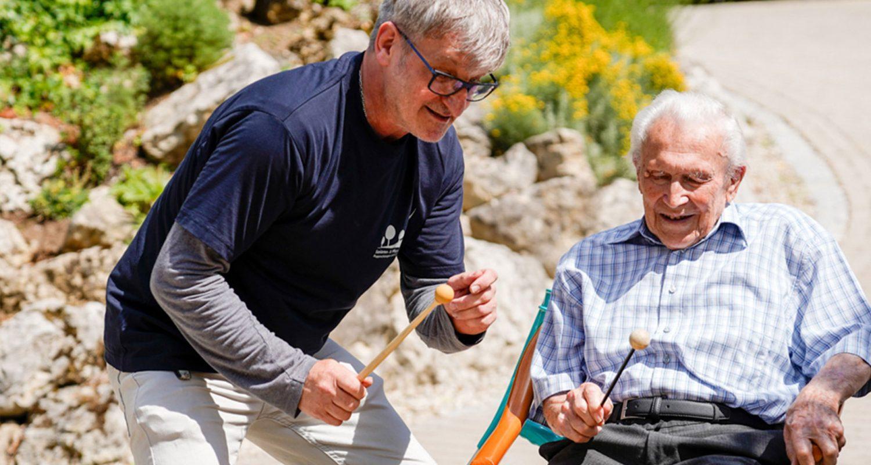 Pfleger und Bewohner machen gemeinsam Musik