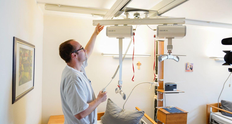 Eine Pflegekraft bereitet die Instrumente der Bariatischen Pflege vor